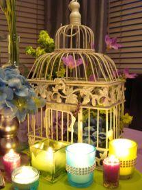 Une cage remplie de fleurs